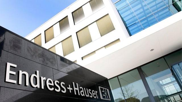 Der Firmensitz in Reinach mit dem Firmenlogo.