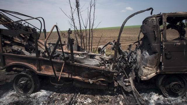 Ausgebombter Lastwagen im Osten der Ukraine.
