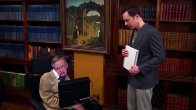 Stephen Hawking schaut auf einen Computer. Neben ihm steht ein Student.