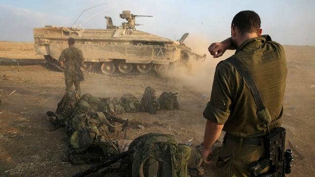 Israelische Kämpfer und ein Panzer im Gazastreifen.