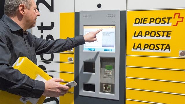 Ein «My Post Automaten» des Post-Netzes der Zukunft in Bern. Die Post schliesst bis 2020 bis zu 600 Poststellen.