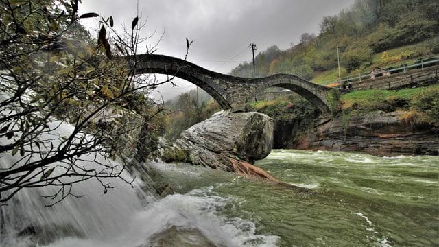 Viel Wasser unter der berühmten Ponte dei Salti im Verzascatal.