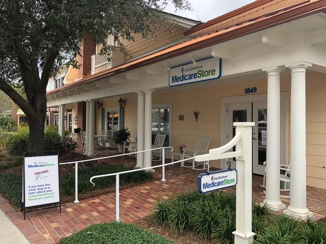 Ein Holzhaus mit Schild «Medicare Store»