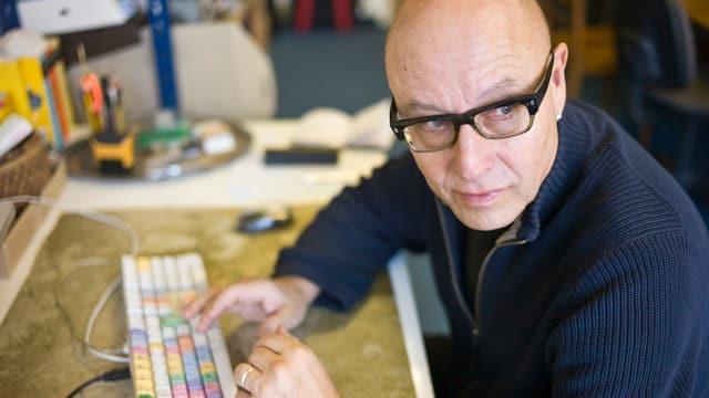 Peter Liechti sitzt am Computer