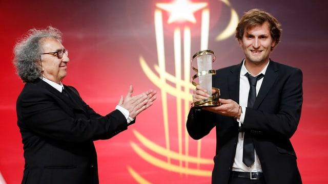 Regisseur Simon Jaquemet 2014 mit Pokal auf der Bühne des Filmfestivals von Marrakesch.