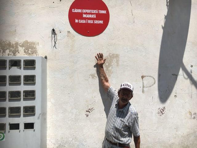 Gheorghe Nize zeigt auf das Warnschild am B-Block