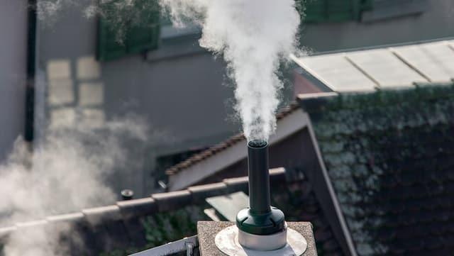 Rauchender Kamin.