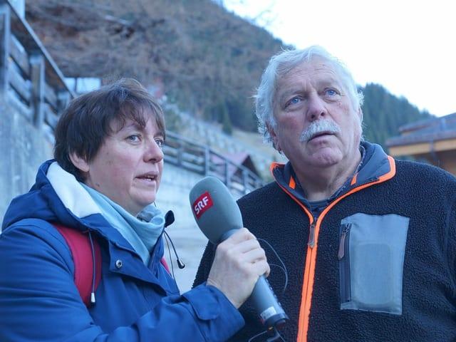 Eine Reporterin und ein Interview-Gast.