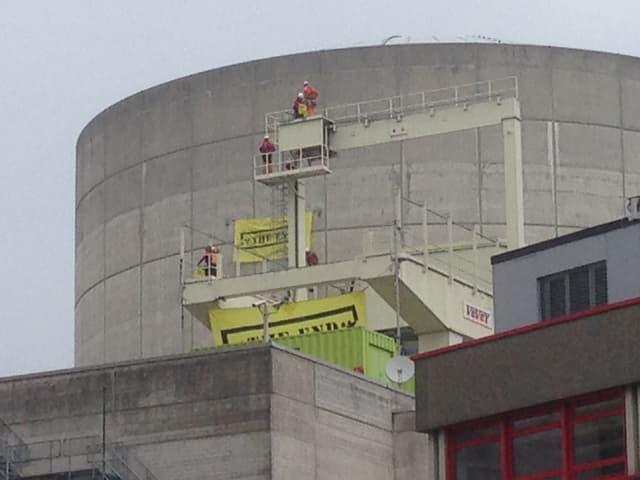 Greenpeace-Aktivisten rollen auf dem Areal grosse gelbe Banner aus