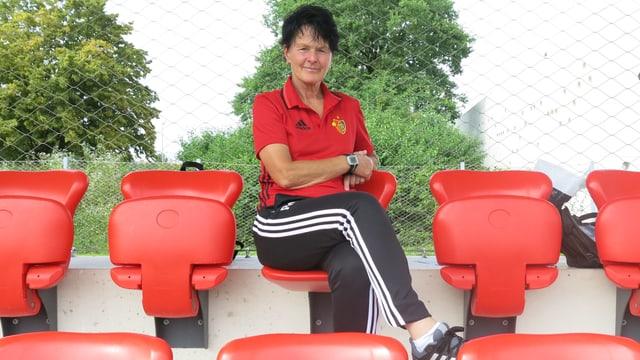 Die neue Frauen-Trainerin des FC Basel sitzt auf einem Klappsitz