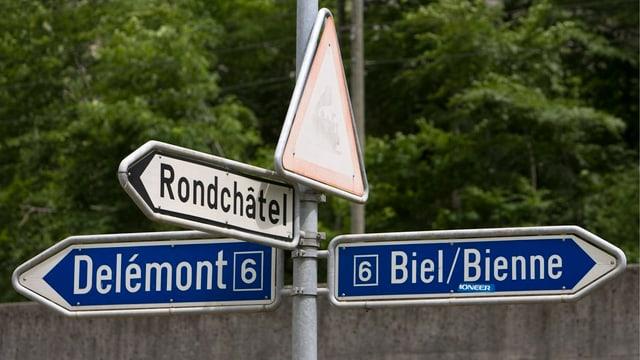 Ein Wegweiser zeigt nach Delémont und nach Biel.
