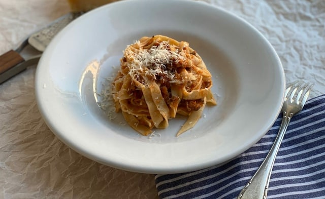 Ein Teller mit Tagliatelle al ragù bolognese