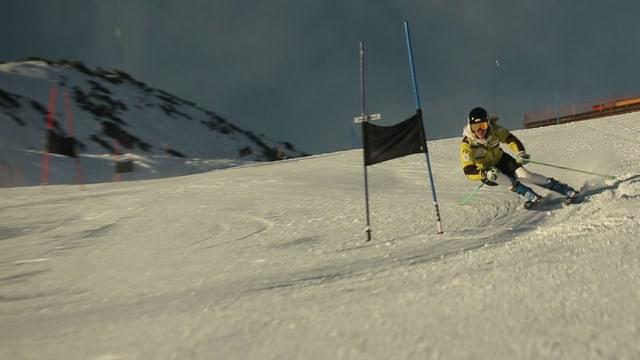 Noemi auf der Piste bei einem Skirennen.