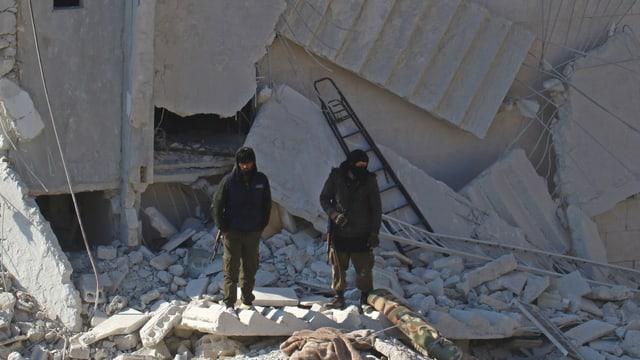 Zwei Männer in Trümmern.