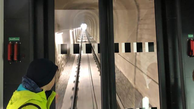 Bähnli fährt in einem Tunnel.