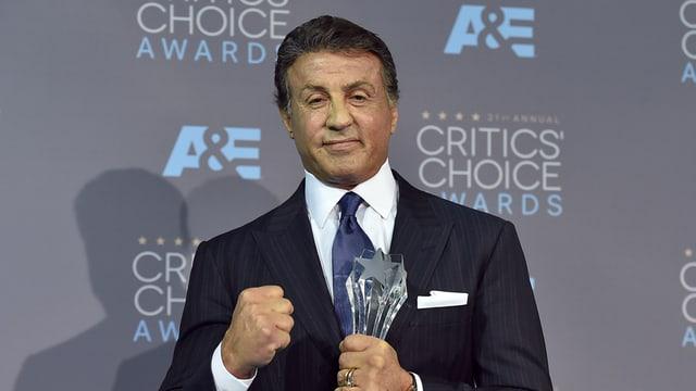 L'actur Sylvester Stallone cun in premi.