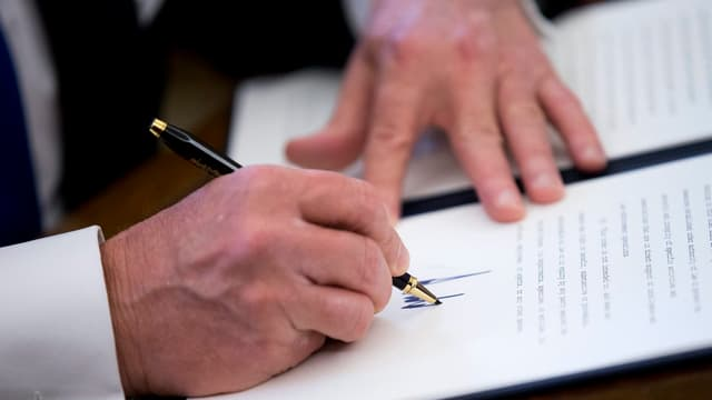 President american che suttascriva in document.