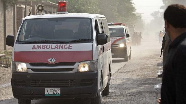 Ambulanzas transporteschan morts e blessads suenter l'attatga dal venderdi.