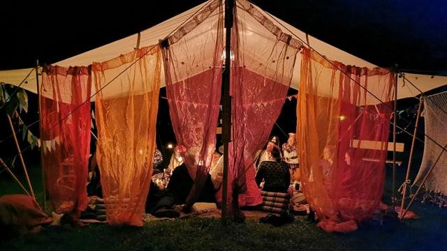 Zelt mit Menschen an einem LARP