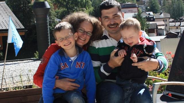 Der Hotelier Freddy Böhlen aus Leukerbad im Wallis mit seiner Frau und seinen beiden Kindern vor seinem Hotel «Pardis».