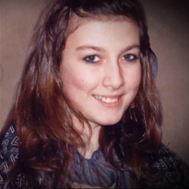 Porträt eines Mädchens mit braunen längeren Haaren.