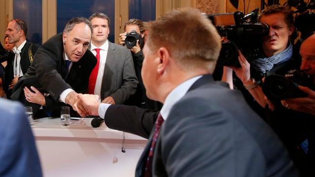 Christophe Darbellay reicht Toni Brunner die Hand.