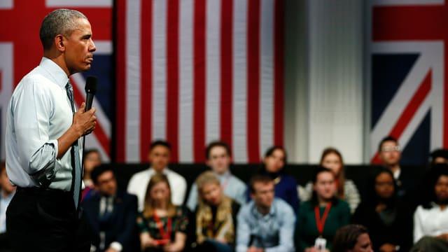 Obama mit Mirkofon in der Hand vor jungen Leuten. (reuters)