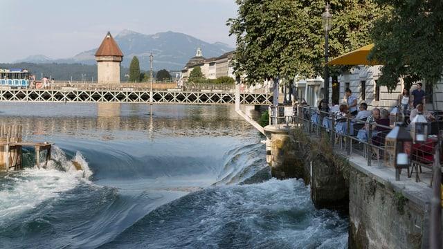 An der Reuss wird das Baden bei den Wehranlagen in der Stadt, in Rathausen und bei Perlen verboten.