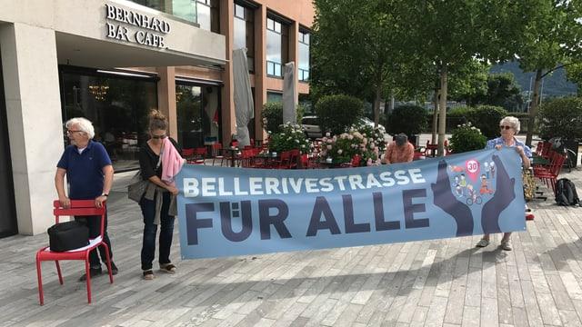 Zwei Frauen halten ein Plakat und demonstrieren gegen die Sanierung der Bellerivestrasse.