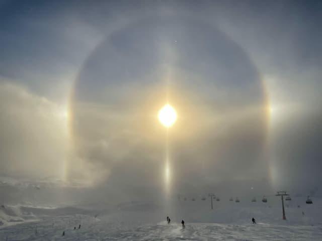 Eiskristalle reflektieren die Sonnestrahlen.