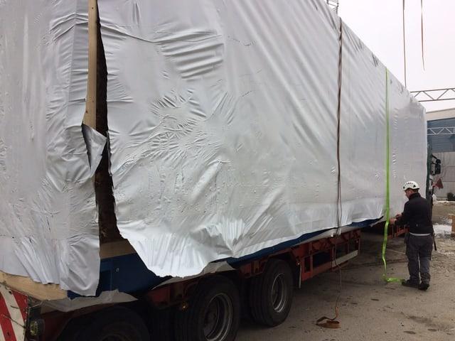 Auf einem Lastwagen kommen die Module