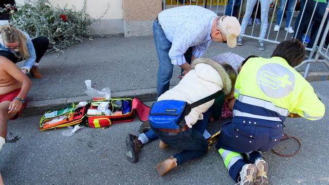 Helfer kümmern sich um die Verletzten