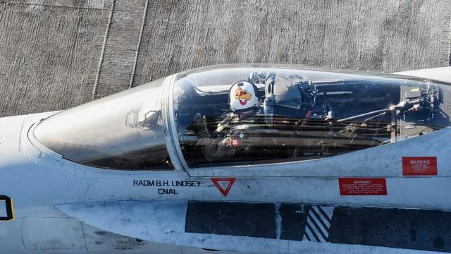 er Schweizer Militärpilot Andreas Kuhn im Cockpit