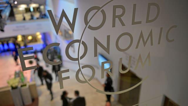 Purtret simbolic da l'entrada dal WEF cun logo.