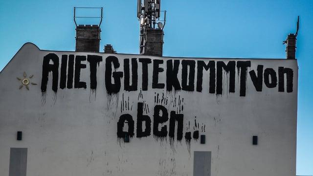 """Fassda, auf der in grossen Lettern """"allet Gute kommt von oben"""" geschrieben steht."""