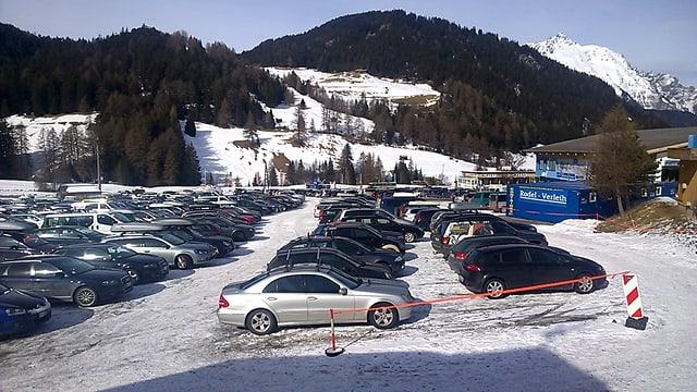 Autos sin il parcadi da la regiun da skis da Danuder
