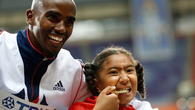 Mo Farah strahlt mit seiner Stieftochter Rhianna und der Olympia-Goldmedaille.