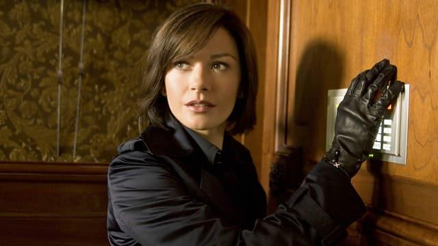 """Ein Bild aus dem Film """"Oceans's Twelve"""". Es zeigt die Schauspielerin Catherine Zeta-Jones, wie sie in ein Gebäude einbricht."""
