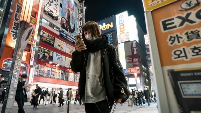 Frau mit Gesichtsmaske in Tokio