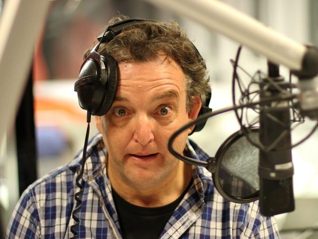 Marco Rima macht im Radiostudio Grimassen.