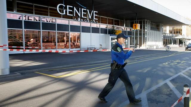 Suenter la smanatscha da bumba èn blers policists stads en acziun a l'eroport da Genevra.