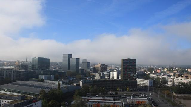 Die Hochhäuser in Oerlikon tauchen aus dem Nebel auf