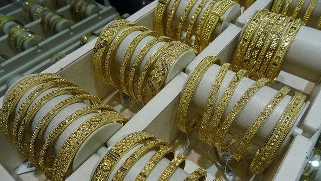 Goldene Armreifen sind zum Verkauf ausgestellt.