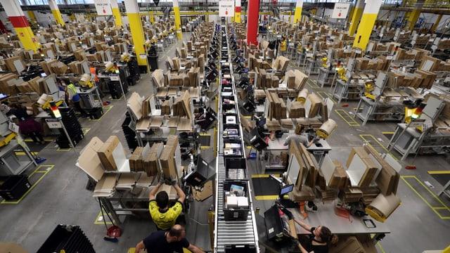 Amazon-Verteilzentrale mit vielen Paketen und Fliessbändern.