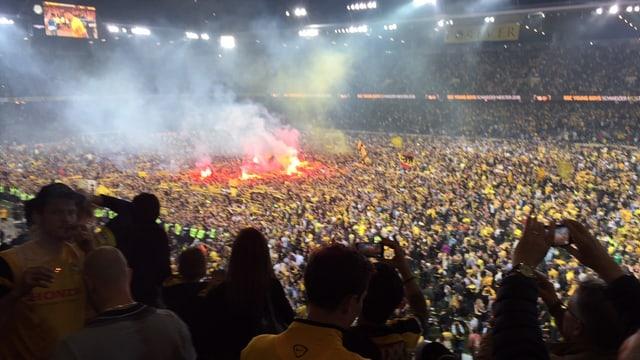Die Fans stürmen den Kunstrasen.