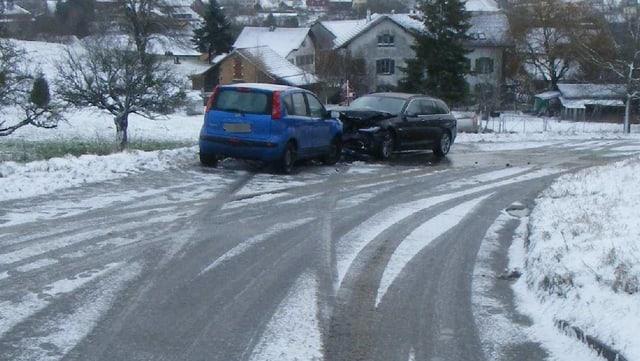 Zwei Autos sind in einer Rechtskurve ineinander gefahren.