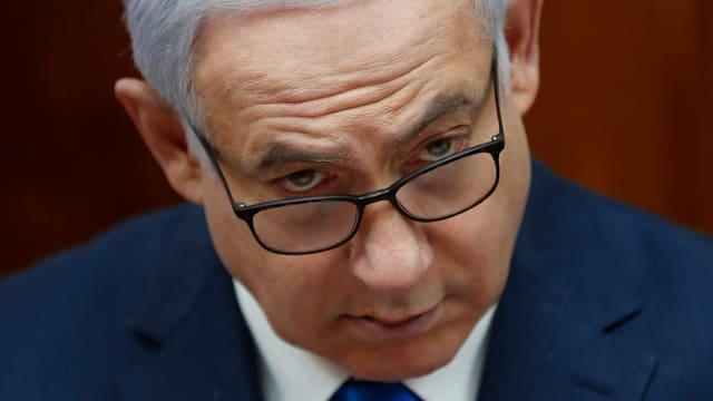 Benjamin Netanjahu mit gesenktem Blick