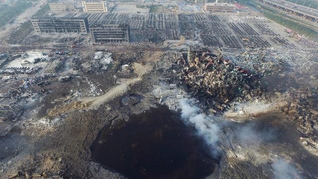 Il lieu da l'explosiun a Tianjin, vista or da l'aria.