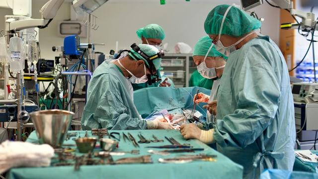 Chirurgen bei der Arbeit: Herztransplantation in Zürich.