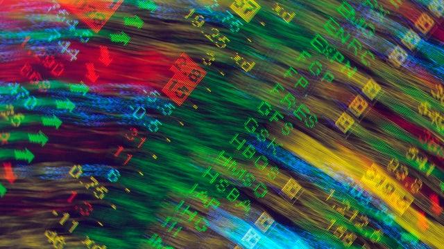 Verschwommenes Bild einer elektronischen Indizes-Anzeige an der Londoner Stock Exchange.